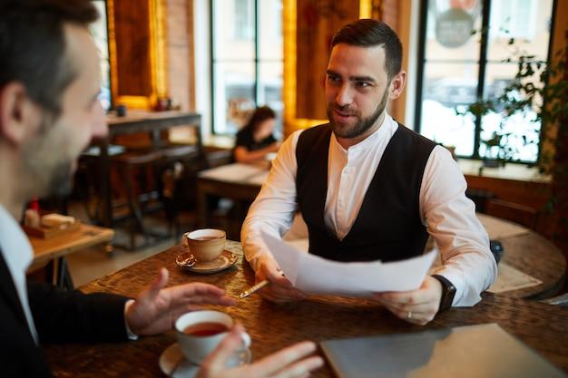 Zwei geschäftsleute treffen sich im cafe