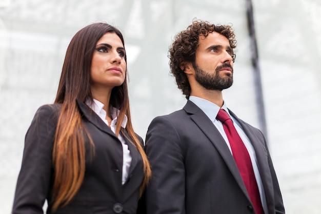 Zwei geschäftsleute vor ihrem büro