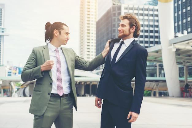 Zwei geschäftsleute wütend gegenseitig versuchen, eine vereinbarung zu treffen.
