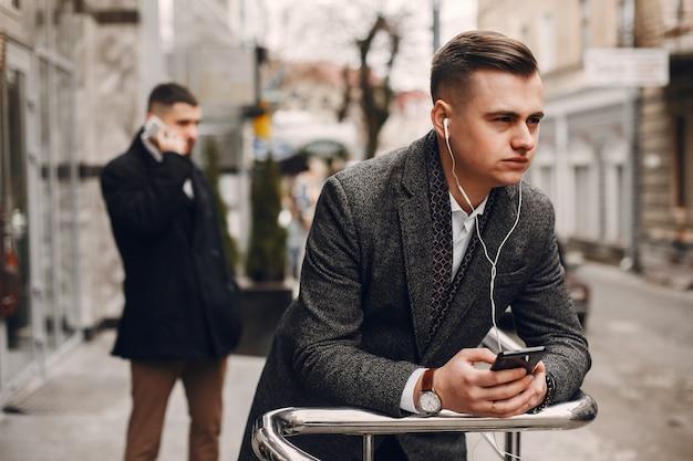 Zwei geschäftsmänner, die mit einem telefon arbeiten