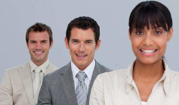 Zwei geschäftsmänner und eine geschäftsfrau, die an der kamera lächeln