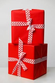 Zwei geschenkboxen auf weißem hintergrund. geschenk für valentinstag, muttertag und weihnachten. grußkarte