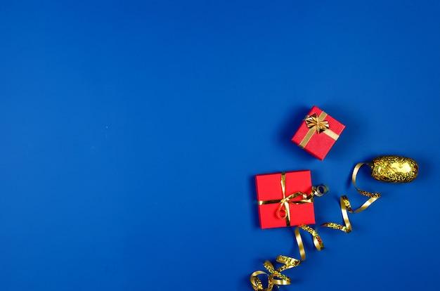 Zwei geschenkboxen mit band auf blauem hintergrund