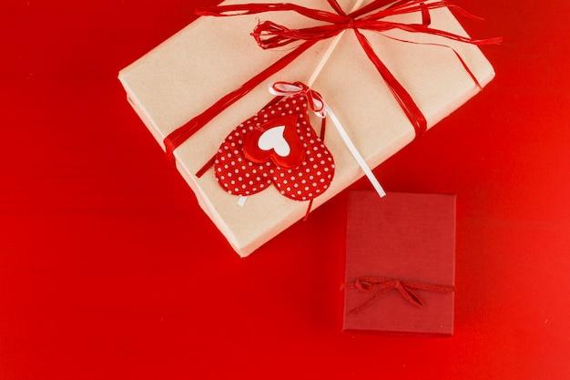 Zwei geschenkboxen mit herz auf dem tisch