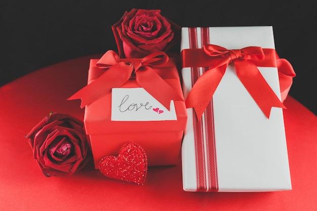Zwei geschenke mit rosen oben