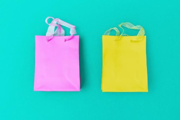 Zwei geschenkverpackungen rot und gelb gefärbt