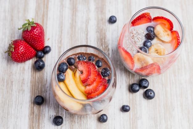 Zwei gesunde fruchtnachtischerdbeeren und -moosbeeren