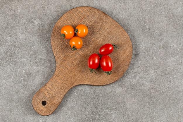 Zwei getrennte rote und gelbe tomaten.