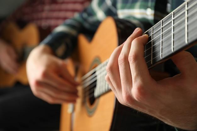 Zwei gitarristen mit klassischen gitarren Premium Fotos