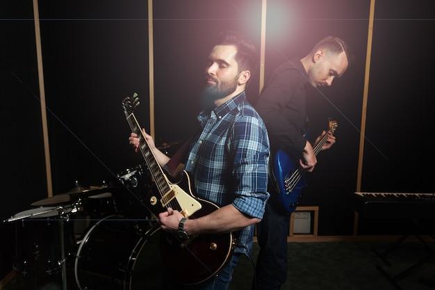 Zwei gitarristen spielen