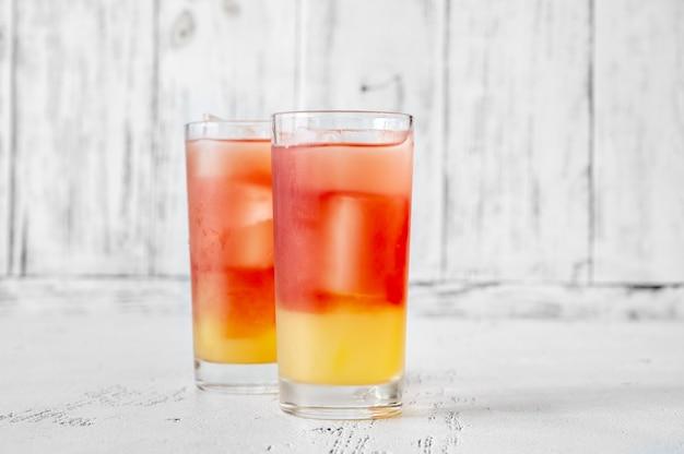 Zwei gläser bay breeze cocktail auf hölzernem hintergrund
