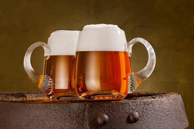 Zwei gläser bier auf dem alten fass