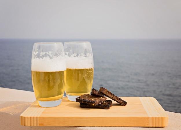 Zwei gläser bier mit croutons