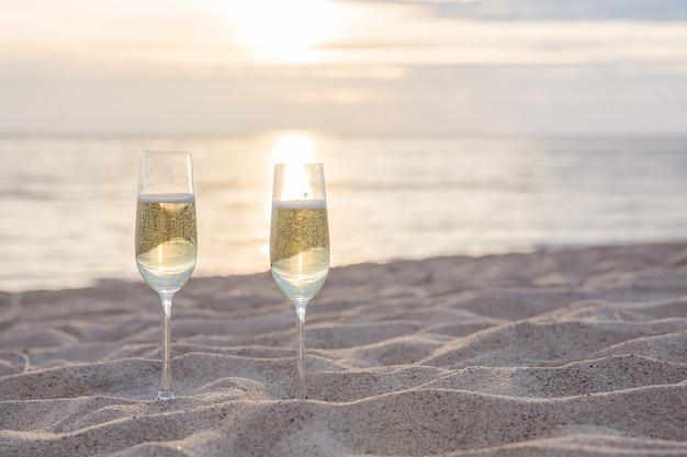 Zwei gläser champagner am strand