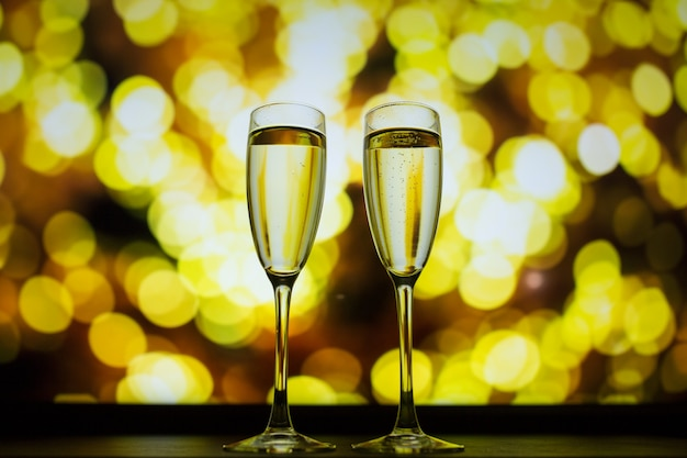 Zwei gläser champagner auf einem bokeh hintergrund