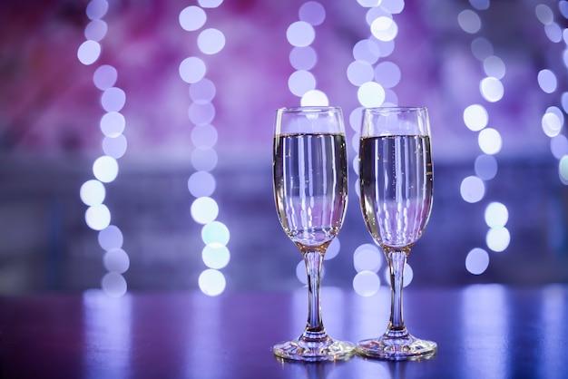 Zwei gläser champagner mit bokeh-lichtern, silvesterfeier