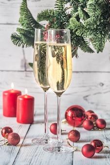 Zwei gläser champagner mit christbaumzweig