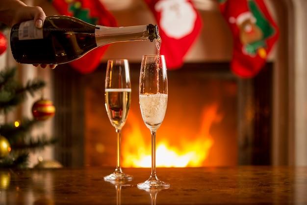 Zwei gläser champagner neben dem kamin