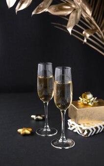 Zwei gläser champagner über schwarz