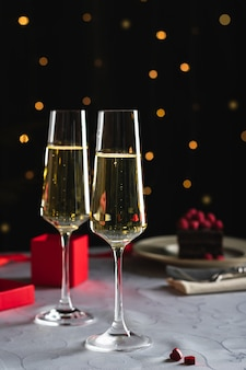Zwei gläser champagner zum valentinstag