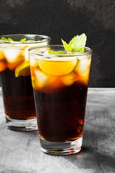 Zwei gläser cocktail cuba libre