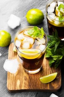 Zwei gläser cocktail kuba libre auf einem dunklen hintergrund