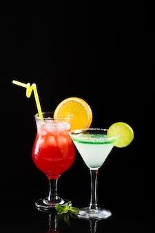 Zwei gläser cocktails mit strohhalm und kopierraum