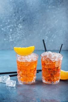 Zwei gläser eines traditionellen italienischen cocktails