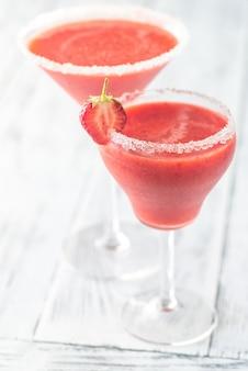 Zwei gläser erdbeer-margarita-cocktail