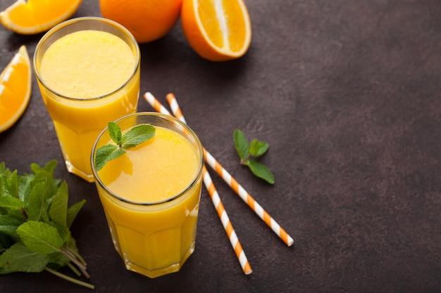 Zwei gläser frisch gepresster orangensaft.
