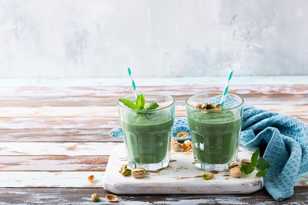 Zwei gläser gesunder grüner smoothie