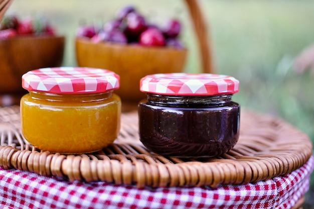 Zwei gläser hausgemachte marmelade
