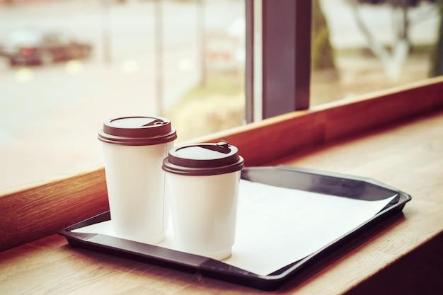Zwei gläser kaffee auf einem tablett in einem café
