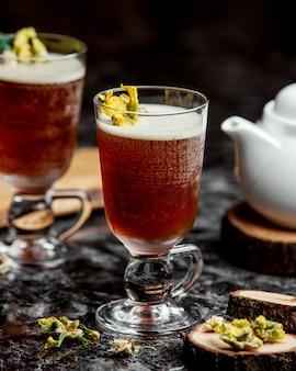 Zwei gläser kalter cocktail, garniert mit getrockneten blumen