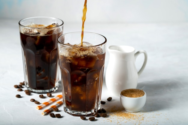 Zwei gläser kalter kaffee.