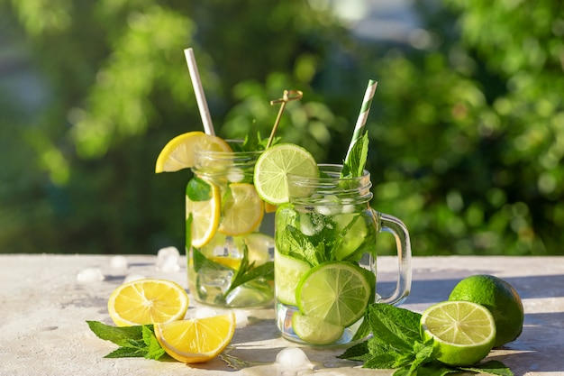 Zwei gläser limonade mit zitrone, gurke und minze