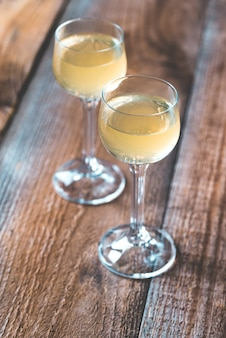 Zwei gläser limoncello