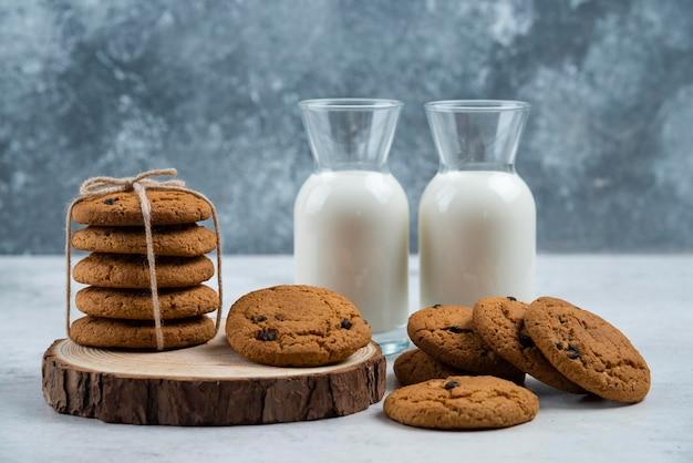 Zwei gläser milch mit leckeren keksen.