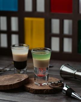 Zwei gläser milchige cocktails des mischkaramells