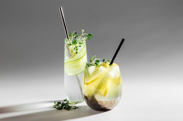 Zwei gläser mit cocktail