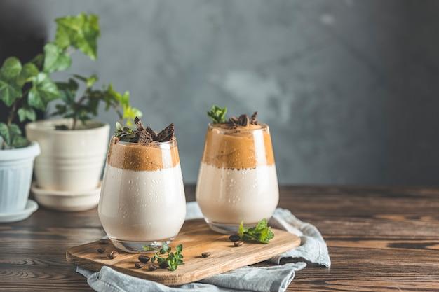 Zwei gläser mit dalgona schaumigem kaffeetrend koreanisches getränk latte espresso