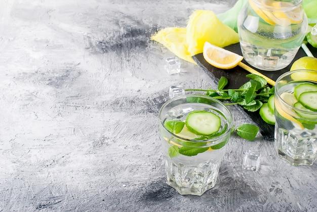 Zwei gläser mit entgiften frischem organischem wasser der gurke, der zitrone und der minze