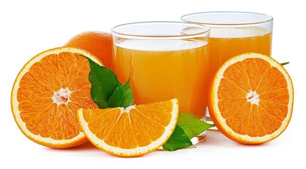 Zwei gläser mit frischem orangensaft isoliert auf weiß