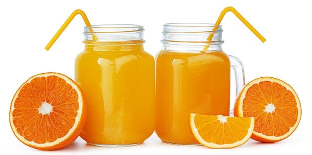 Zwei gläser mit frischem orangensaft lokalisiert auf weißem hintergrund