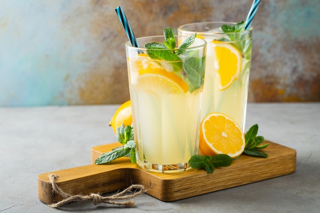 Zwei gläser mit limonade oder mojito-cocktail.