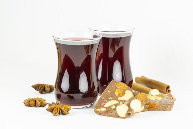 Zwei gläser mit rotem glühwein mit anis-zimt und schokolade
