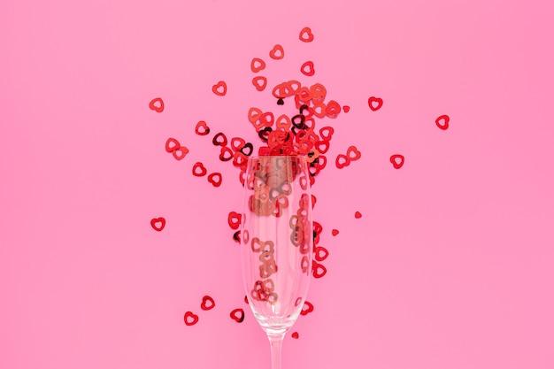 Zwei gläser mit rotem konfetti mit mitte