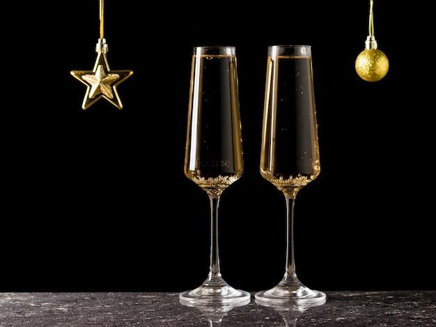 Zwei gläser mit wein und weihnachtsschmuck gefüllt. ein beliebtes alkoholisches getränk.