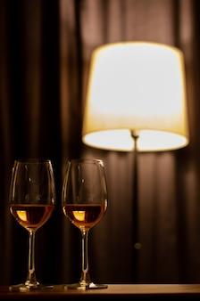 Zwei gläser rosenwein auf holztisch, zum für ein paar zu feiern.