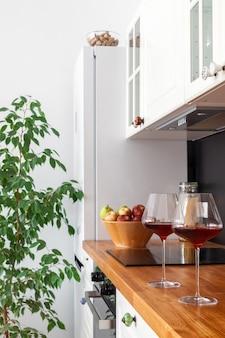 Zwei gläser rotwein stehen auf hölzerner tischplatte